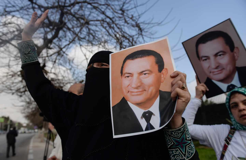 Una simpatizante de Mubarak sostiene una fotografía del ex líder egipcio, fallecido este martes.