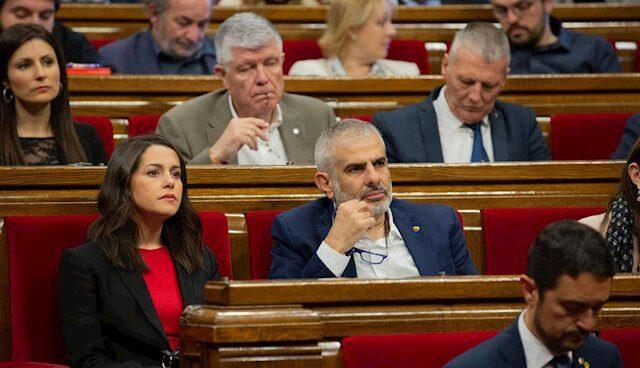 El presidente de Ciudadanos, en el Parlament, Carlos Carrizosa, junto a la portavoz parlamentaria de Cs, Inés Arrimadas.