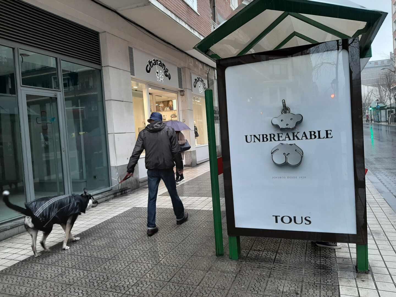 Anuncio de Tous en una marquesina de autobús en el centro de Bilbao.