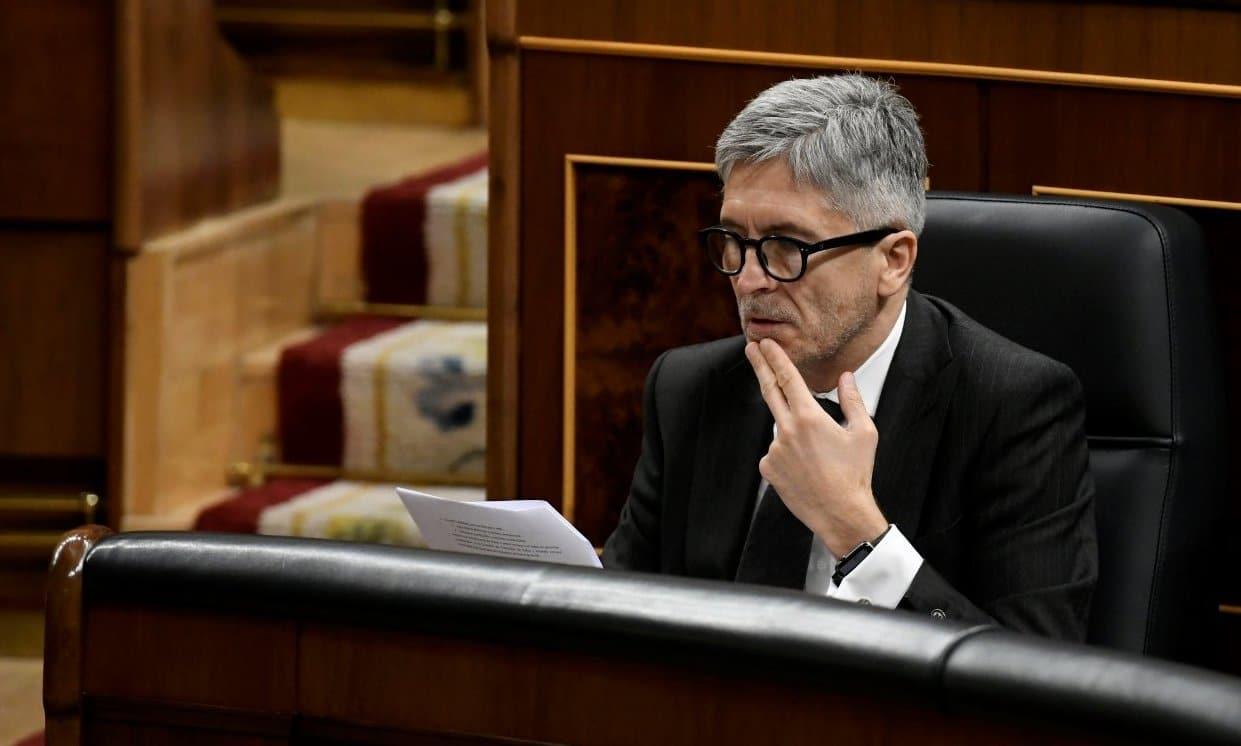 El ministro del Interior, Fernando Grande-Marlaska, consulta un documento en su escaño del Congreso.