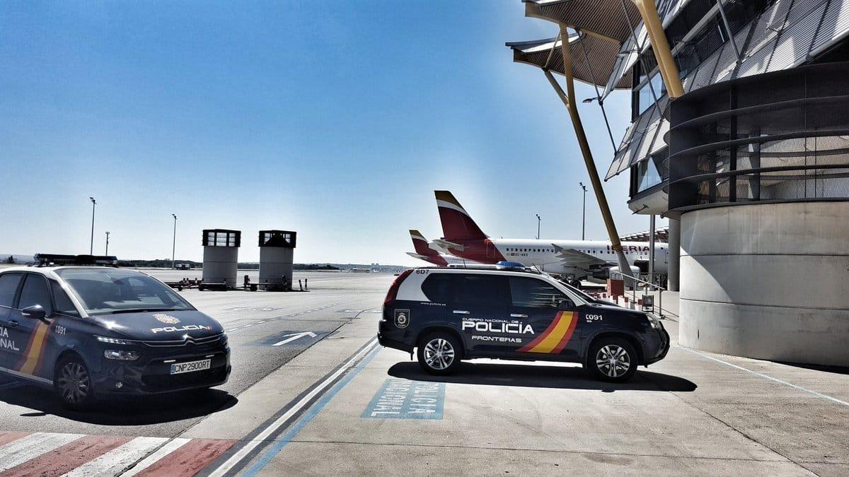 Vehículos de la unidad de Fronteras de la Policía Nacional, en la plataforma de un aeropuerto.