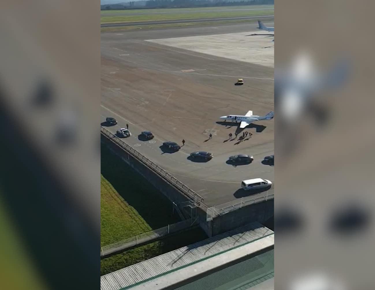 Imagen del momento en que Pedro Sánchez se dirige el domingo desde el jet privado a un coche en el aeropuerto de Santiago de Compostela.