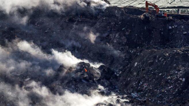 Trabajos de extinción de los incendios del Vertedero de Zaldibar.