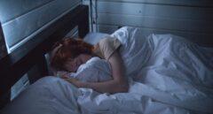 Oler una camiseta de tu pareja puede ayudarte a dormir mejor