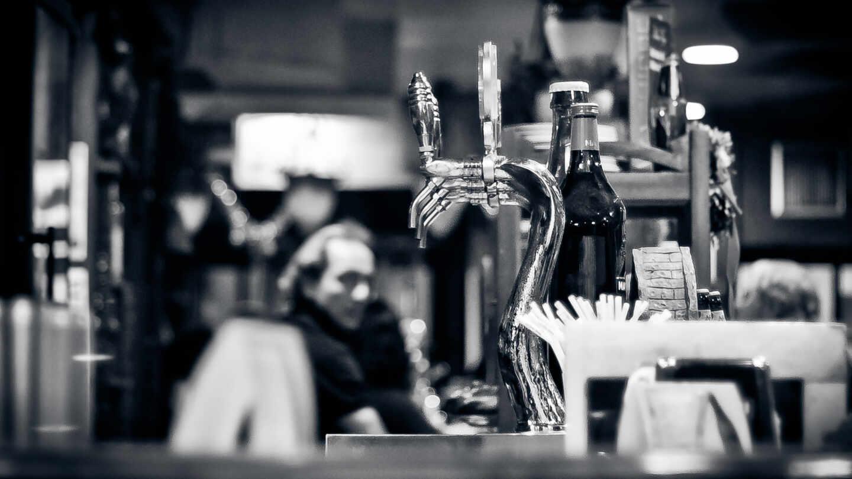 Grifos de cerveza en un bar.