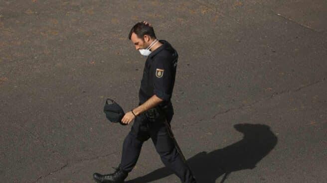 Un policía nacional con mascarilla junto al hotel en cuarentena de Adeje (Tenerife).