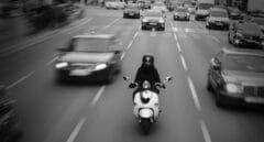 Colau potencia a los jóvenes emprendedores con el servicio de motos compartidas para Barcelona