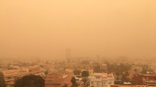 Polvo en suspensión en un vecindario de España durante un episodio de calima.