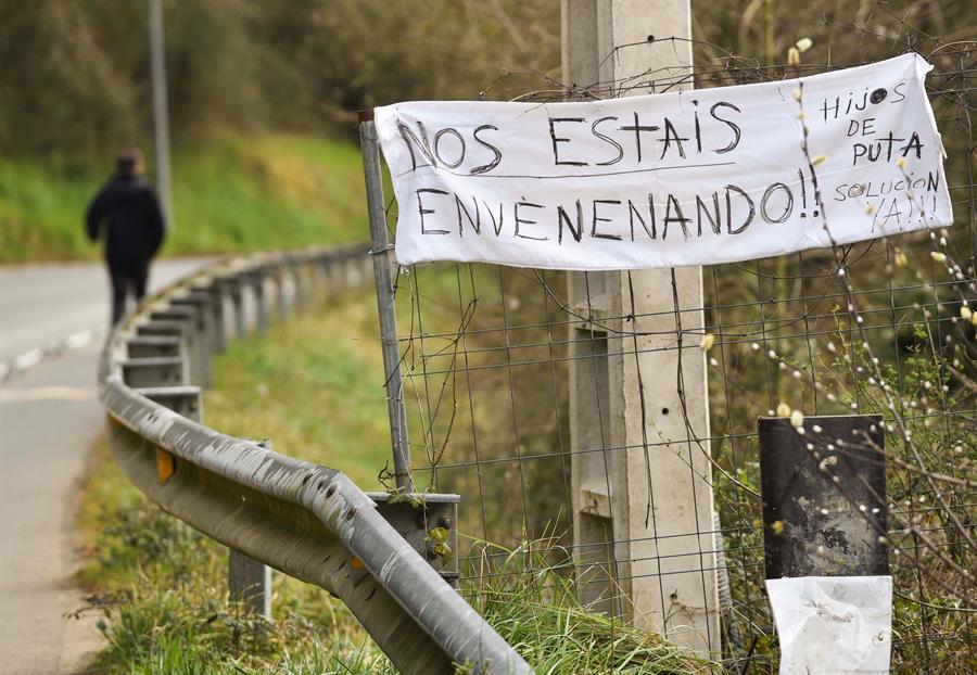 Cartel de denuncia aparecido en el entorno de Zaldibar.