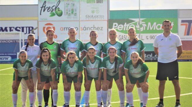 Francisco Javier González Chimeno y las jugadores del equipo cordobés al que entrena.