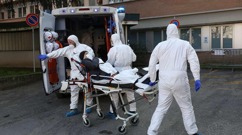 Equipos sanitarios especiales trasladan a un paciente en el Hospital de Padua, en la región italiana del Véneto.