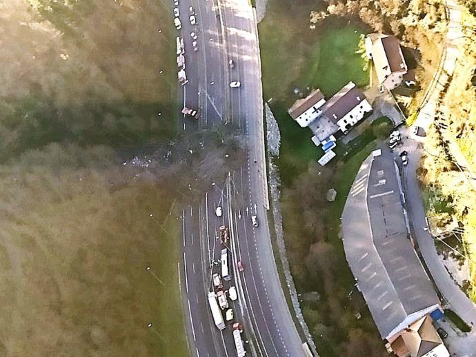Vista aerea de la ladera desprendida sobre la autopista A-8 que comunica Bilbao y San Sebastián.