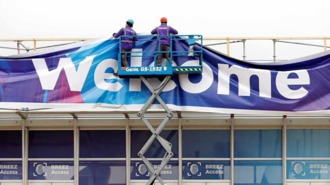 Dos trabajadores en la Fira de Barcelona donde se ultimaban los preparativos para el Congreso Mundial de Móviles (MWC) de Barcelona.