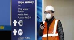 Un trabajador con mascarilla en el recinto en que se celebrará el MWC de Barcelona.