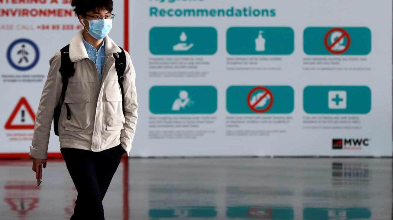 Un trabajador con mascarilla en el recinto del Mobile World Congress de Barcelona.