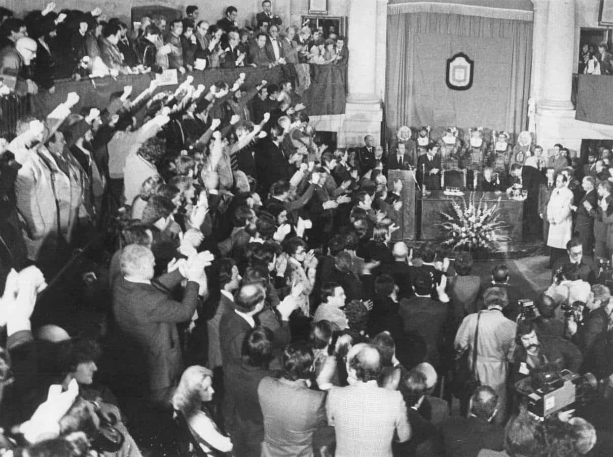 Los cargos de HB, puño en alto, cantan el 'Eusko Gudariak' ante la presencia del Rey Juan Carlos en la Casa de Juntas de Gernika el 4 de febero de 1981.