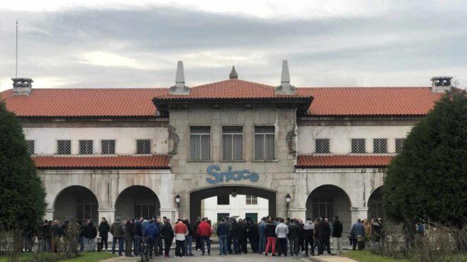 Concentración de trabajadores frente a una planta de Sniace.