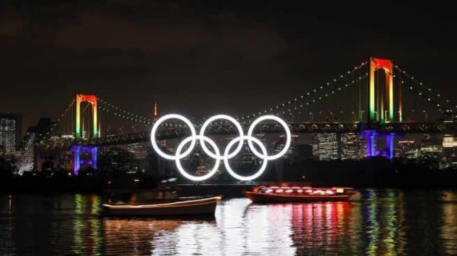 Los anillos olímpicos iluminan el Rainbow Bridge en la bahía de Tokio
