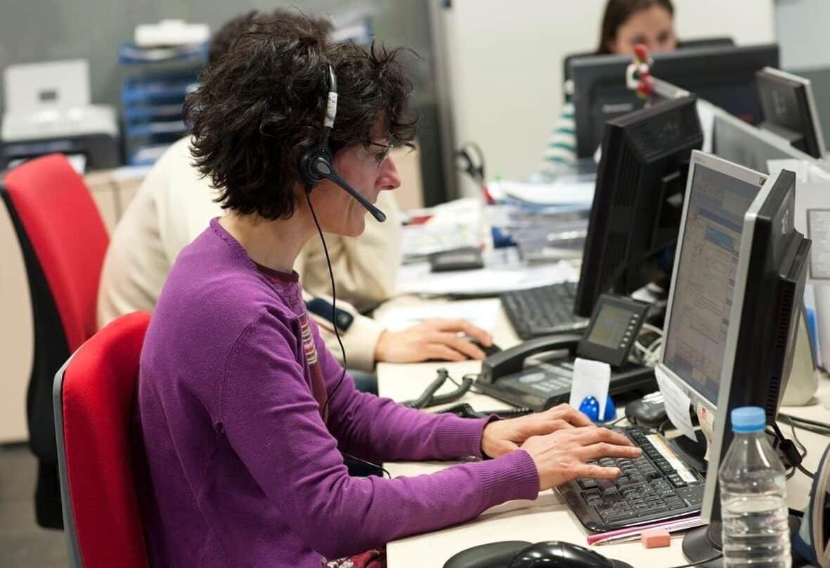 Una teleoperadora en su puesto de trabajo.