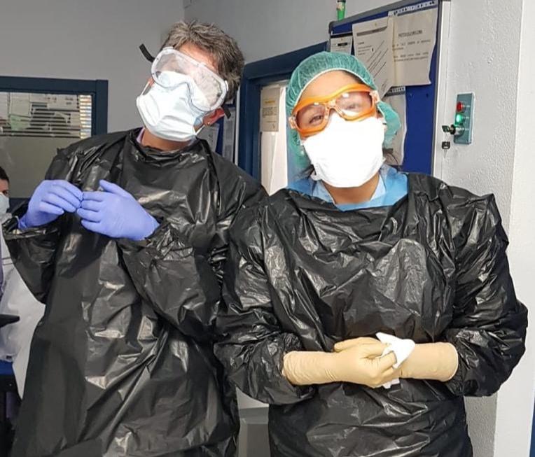 Dos técnicos de radiología se protegen con bolsas de basura ante la ausencia de suficiente material de protección contra el coronavirus.