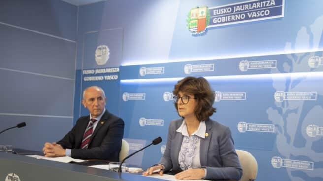 El consejero de Autogobierno, Josu Erkoreka, y la consejera de Salud del Gobierno vasco, Nekane Murga, durante su comparecencia.