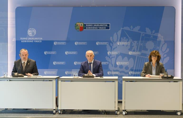 Los consejeros de Economía, Pedro Azpiazu, Autogobierno, Josu Erkoreka, y Salud, Nekane Murga, del Gobierno vasco