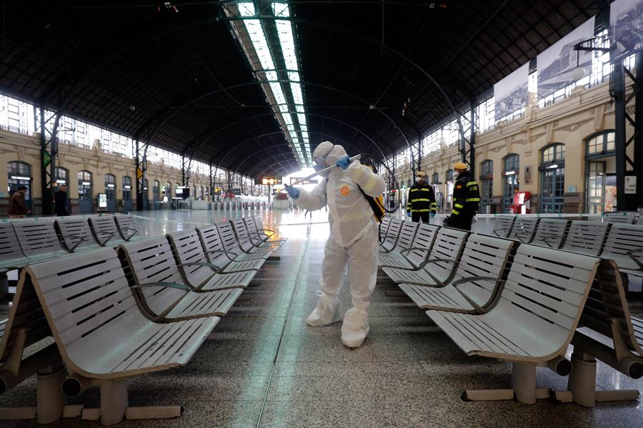 Un militar de la UME, desinfectando esta semana en el centro de transportes de Valencia.
