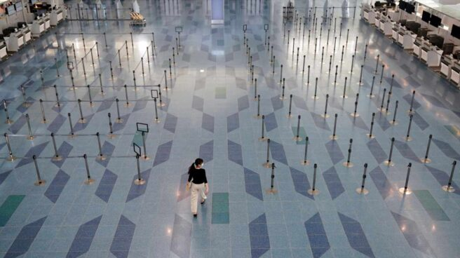 Un pasajeros en el aeropuerto de Tokio-Haneda.