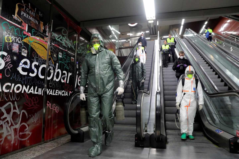 Efectivos de la Unidad Militar de Emergencias (UME) realizan labores de desinfección en el metro de la madrileña Puerta del Sol.