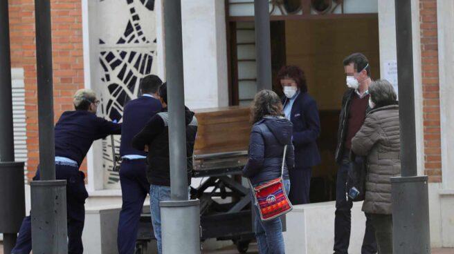 Entrada al crematorio del cementerio de La Almudena en Madrid, este domingo.
