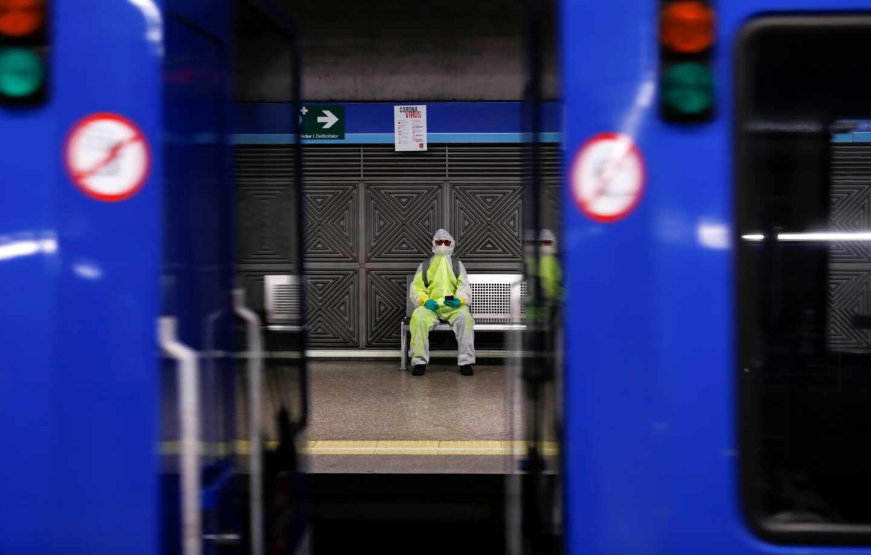 """Maquinistas de Metro de Madrid denuncian la falta de material de protección: """"Sentimos miedo y abandono"""""""