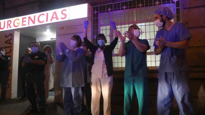 Varios sanitarios del Hospital Universitario de La Princesa SALEN para agradecer los aplausos de los madrileños desde las ventanas y balcones de sus casas.