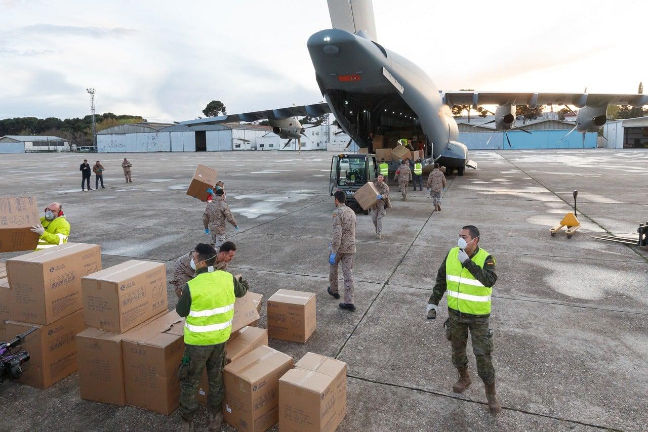 Militares españoles, descargando de un A400M cajas con mascarillas este lunes en la base aérea de Getafe (Madrid).