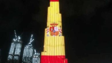 El Burj Khalifa se ilumina con la bandera de España por los sanitarios que luchan contra el virus
