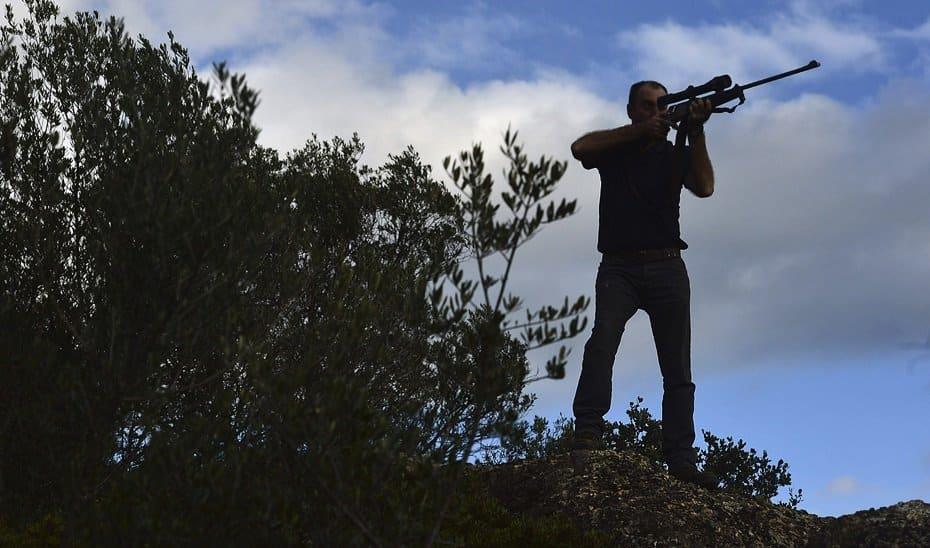 Un cazador, colocado en su puesto en una montería.