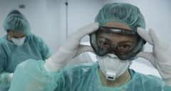 Dos enfermeras se protegen con los equipos para evitar el contagio del coronavirus.