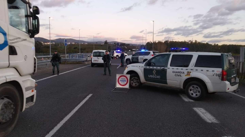 Agentes de la Unidad de Seguridad Ciudadana (USECIC) de la Guardia Civil, en un control de tráfico estos días en Cantabria.
