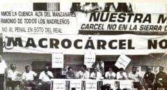 Protesta en 1992 ante el Ayuntamiento de Soto del Real (Madrid) por la construcción de la prisión.