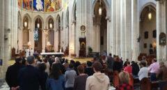 Temerosos del coronavirus en misa de 10:30 en la Catedral de la Almudena