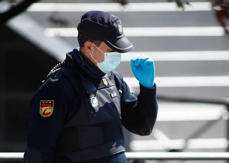 Un policía nacional de la Unidad de Prevención y Reacción (UPR), protegido con mascarillas y guantes durante un servicio.