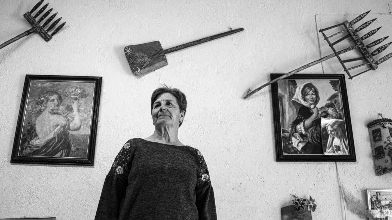 Virtudes, en su casa de La Horcajada, en Ávila