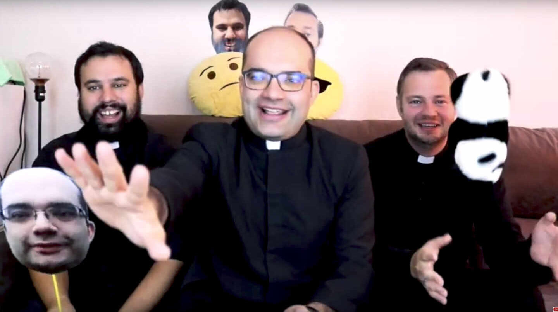 El cura Antonio María Domenech (en el medio) en una imagen de su canal de YouTube