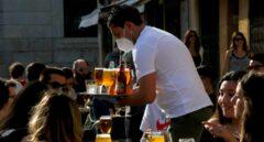 Un camarero sirve a sus clientes en un bar de la plaça de la Font de Tarragona, este lunes.
