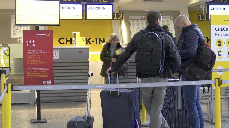 Pasajeros facturando en aeropuerto.