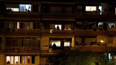 Los aplausos en los balcones hacen caer el consumo de internet cada día en toda España
