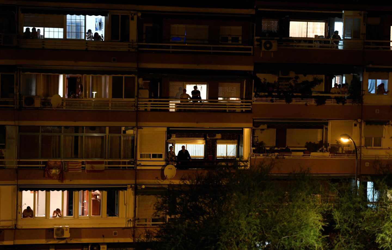 El país de los balcones que aplaude a los sanitarios.