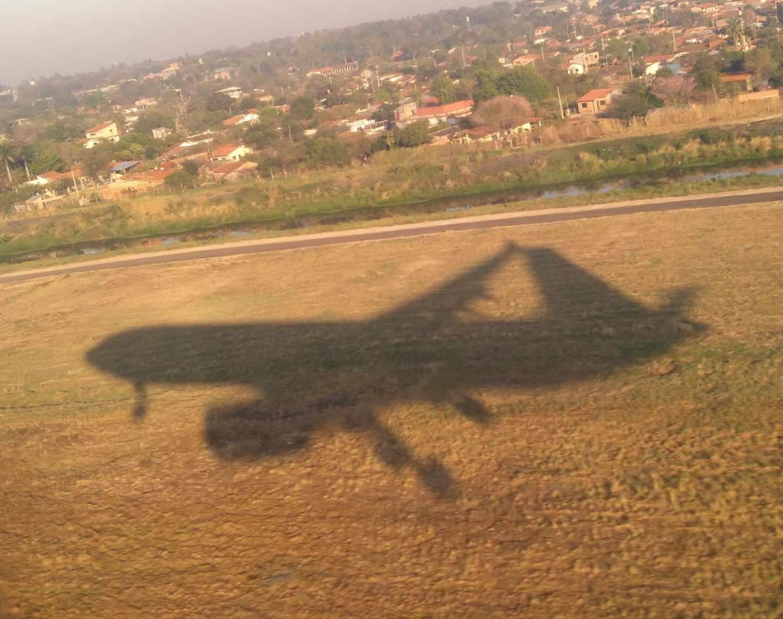 La sombra de un avión sobre la tierra.