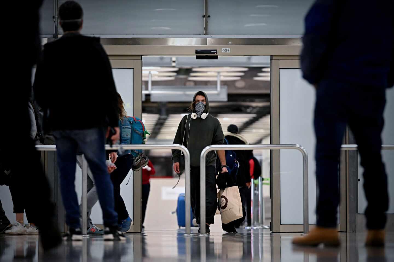 Un viajero con mascarilla en el aeropuerto de Madrid-Barajas.