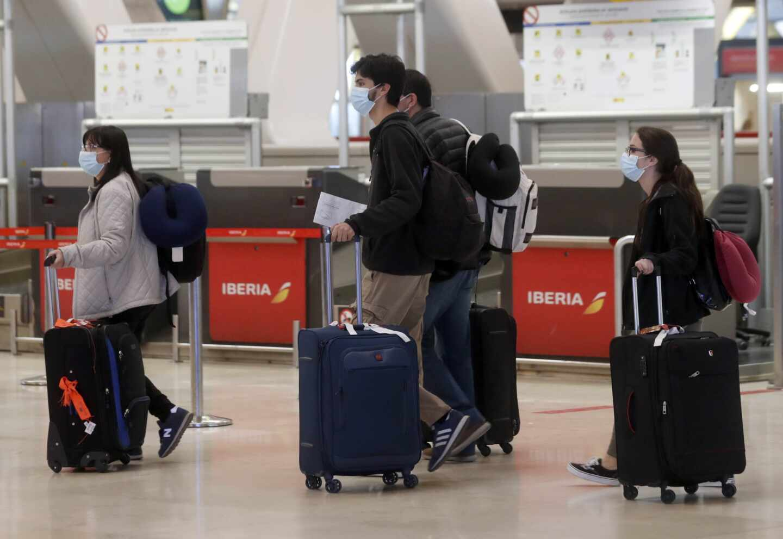 Pasajeros con mascarillas en el aeropuerto de Madrid-Barajas.