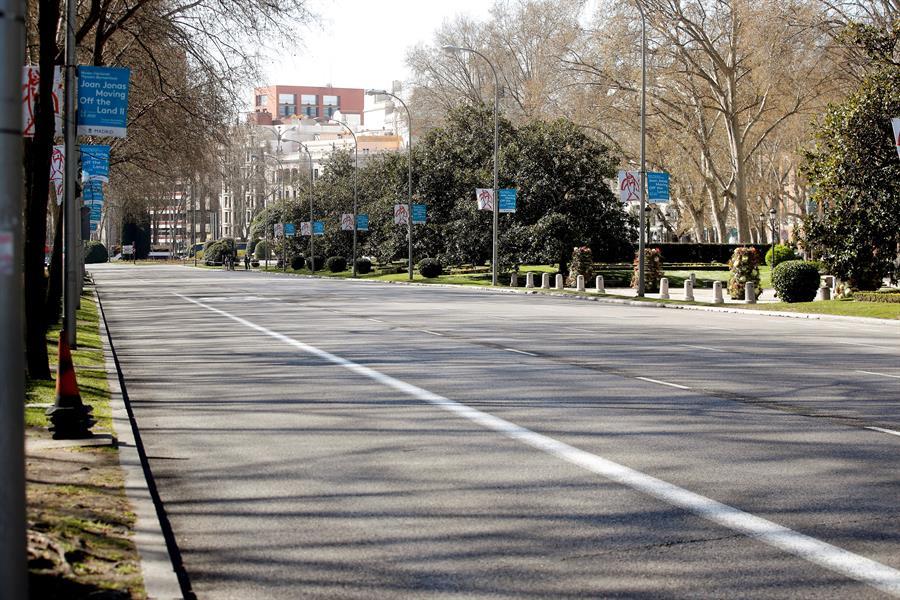 El Paseo del Prado, vacío de coches y de gente el miércoles por la mañana